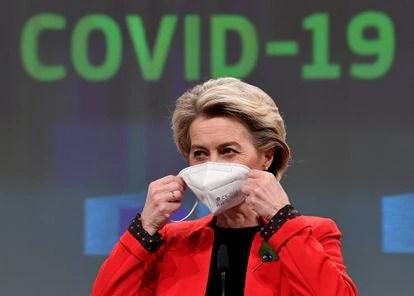 La presidenta de la Comisión de la UE, Ursula von der Leyen, se quita la máscara protectora al comienzo de una conferencia de prensa sobre un certificado conjunto de vacunación Covid 19 de la UE en Bruselas.