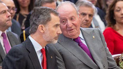 Foto de archivo del rey Felipe y su padre Juan Carlos.