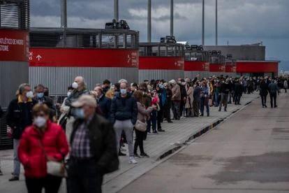 Cientos de personas esperan en la fila para recibir su vacuna Covid-19 en el estadio Wanda Metropolitano de Madrid este fin de semana.