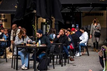 Un café en la acera de Madrid donde la mayoría de los invitados no usan mascarillas.