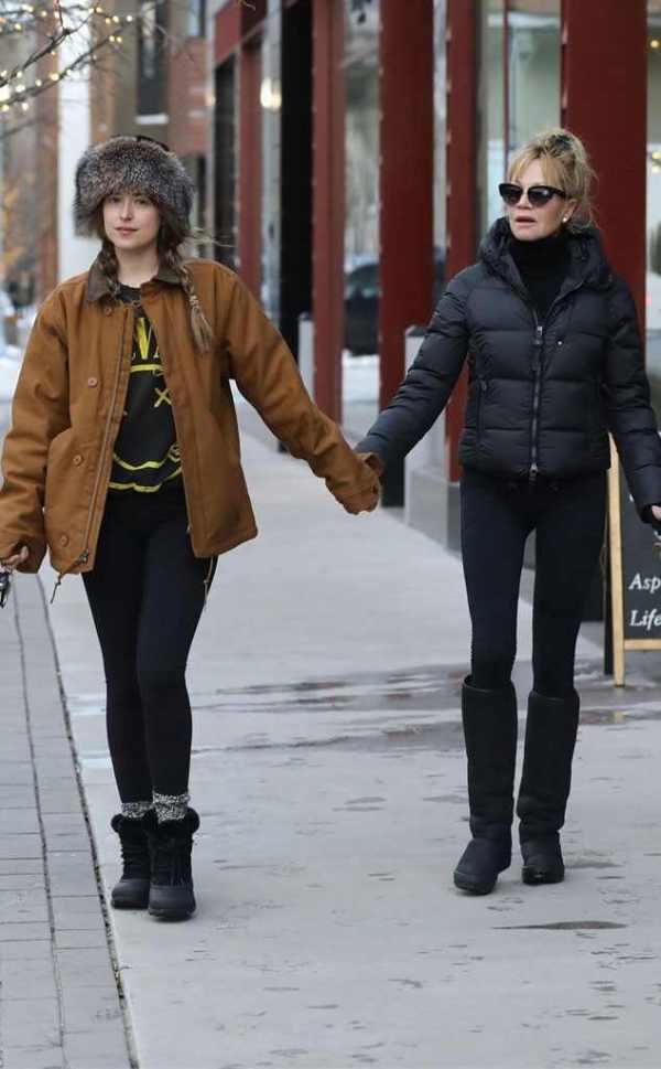 Melanie Griffith y Dakota Johnson pasean por Aspen | E ...