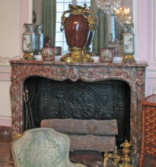 salon-lilas-louis-xv_fireplace-and-mantle_6155