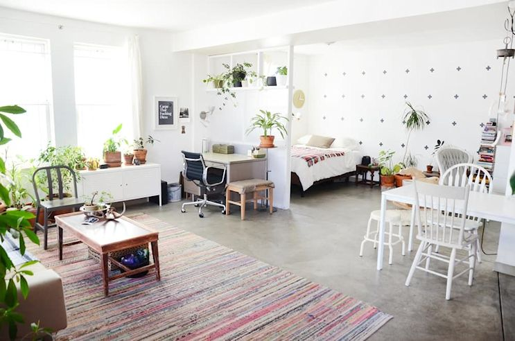Muebles usados textiles y plantas en la decoraci n de un for Decoracion monoambiente 30m2