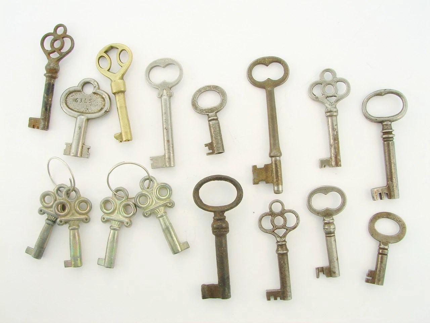 LOT of antique vintage keys / key TOTAL of 16