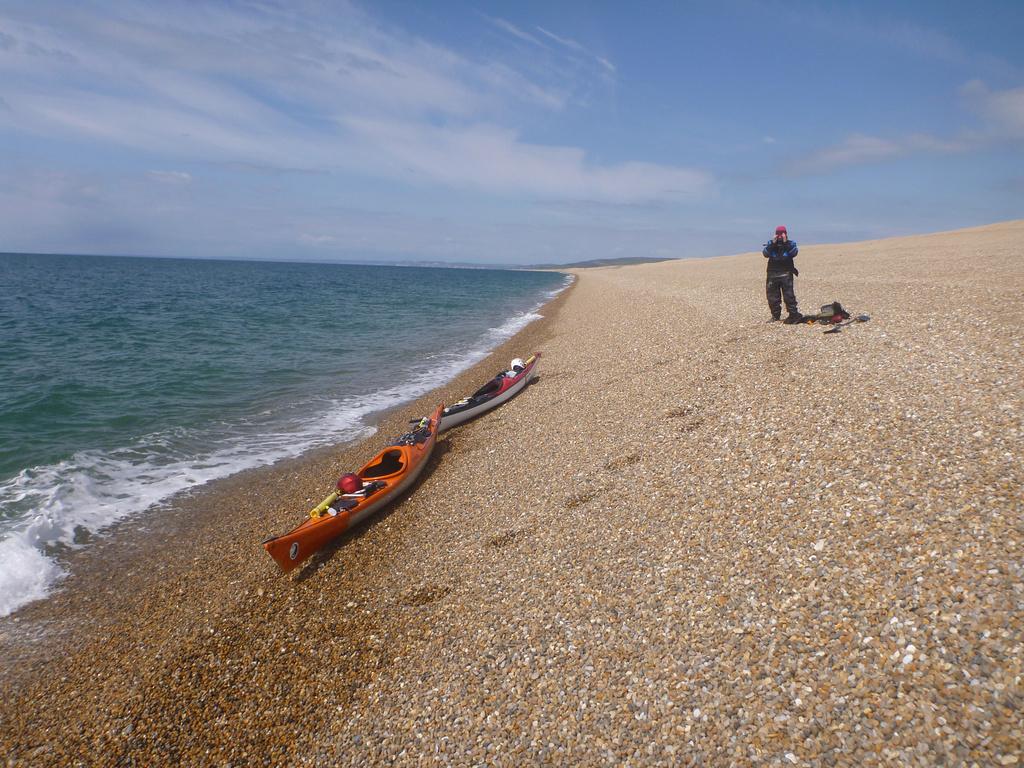 Obrazek zkresluje jak prikra ta plaz je, lode jsou asi 1,5 metru nad vodou