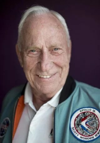 "i-5-how-apollo-astronaut-al-worden-got-and8220first-manand8217sand8221-spacecraft-ready-for-its-close-up-320x457 How a real Apollo astronaut helped ""First Man"" shoot the moon Technology"