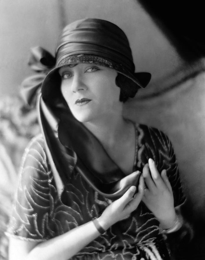 https://i1.wp.com/images.fineartamerica.com/images-medium-large/1-gloria-swanson-1921-everett.jpg