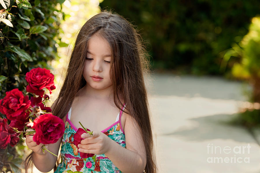 little-girl-with-roses-hulya-ozkok.jpg (900×600)