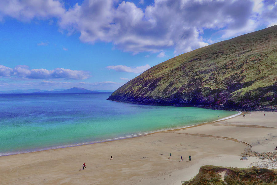 walkers-on-keem-beach-achill-island-feted-by-the-green-atlantic-ocean-paul-mc-namara