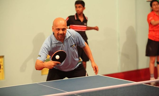 Kamlesh Mehta shows youngsters a trick or two. Image courtesy: Kamlesh Mehta