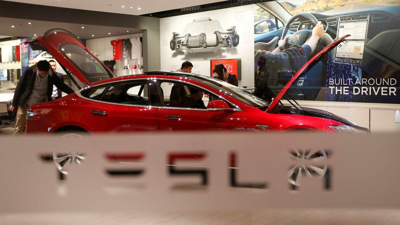 Tesla delivered 4,99,550 cars to customers in 2020; Elon Musk says it is a 'major milestone' for the company- Technology News, Gadgetclock