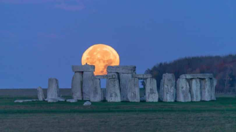 The blood moon is seen behind Stonehenge in the UK. Image credit: Twitter @ST0NEHENGE