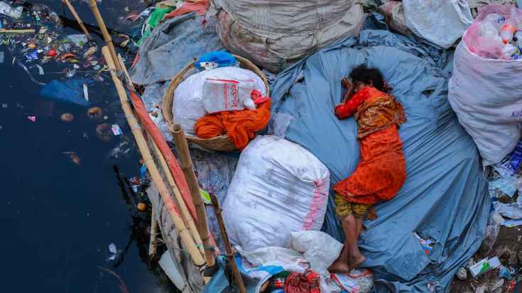 A large number of homeless people in Dhaka, Bangladesh have lost their property due to natural disasters. For them, an asphalt street is the best they can hope for, otherwise they have to sleep on plastic trash. Photo by Muhammad Amdad Hossain (Bangladesh)