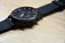 La montre comporte trois boutons physiques.
