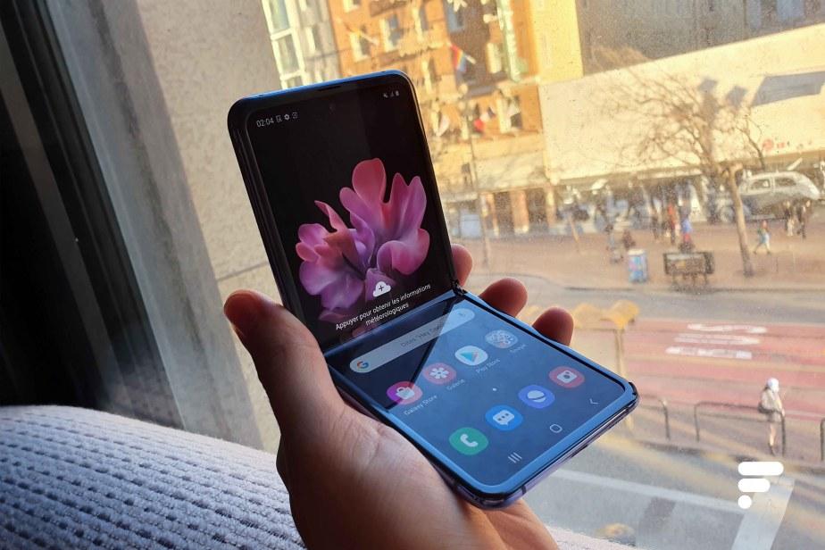 Samsung Galaxy Z Flip assis rue