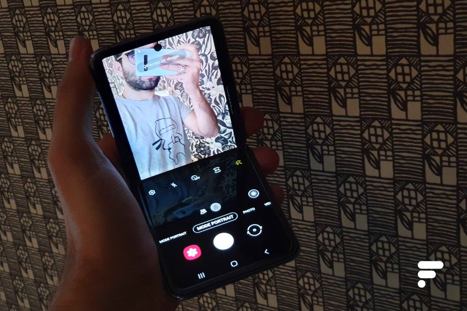 Samsung Galaxy Z Flip selfie b