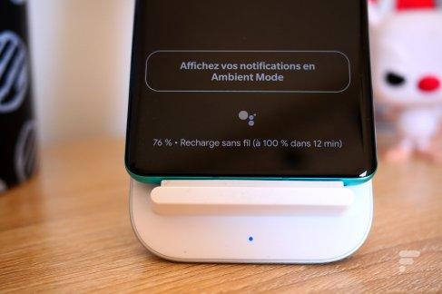 OnePlus 8 Pro sur son socle de recharge sans fil
