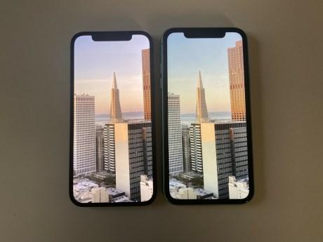 L'iPhone 12 à gauche et l'iPhone 11 à droite // Source : Frandroid / Melinda DAVAN-SOULAS
