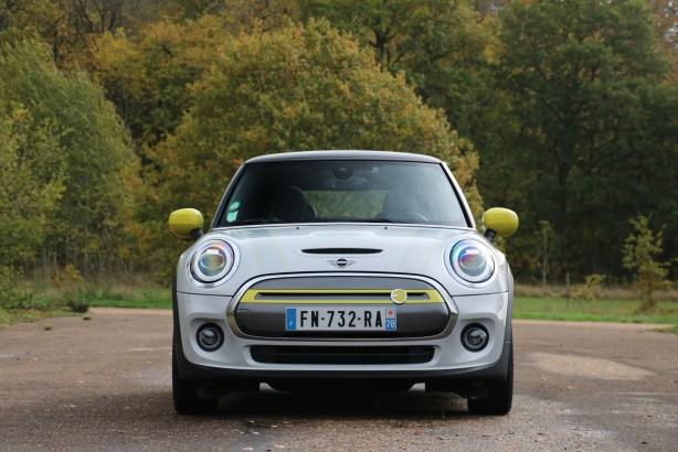La Mini Cooper SE de face // Source : Yann Lethuillier pour Frandroid