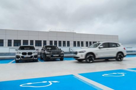 De droite à gauche, le BMW iX3, le X3 hybride rechargeable et le X3 diesel // Source : BMW France