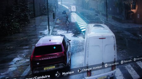 Les reflets de la camionnette au loin sur la marre d'eau sont étonnants