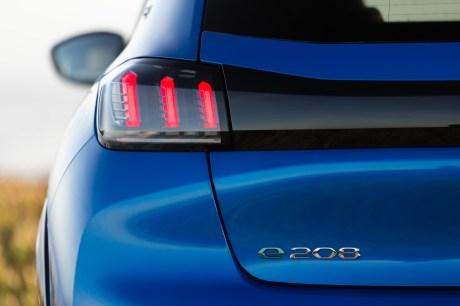 Le logo de la Peugeot e-208 // Source : Peugeot France
