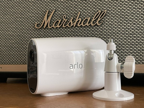 Arlo Essential Spotlight XL et son support séparé // Source : Frandroid / Yazid Amer