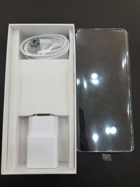 Les accessoires dans la boite du Galaxy A82.