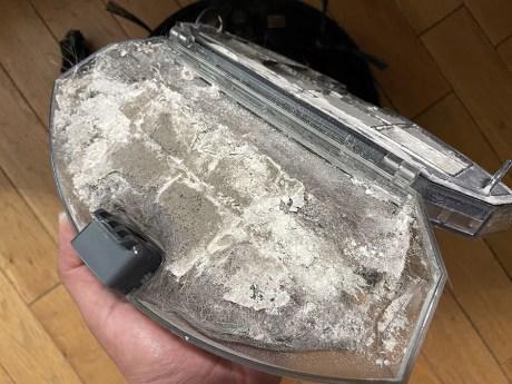 Ce bac à poussière évite de le vider à chaque cycle mais vous risquez de le laisser se remplir à ras bord // Source : Frandroid / Yazid Amer