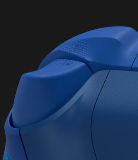 La manette Xbox Aqua Shift dispose de revêtement antidérapant sur les gâchettes