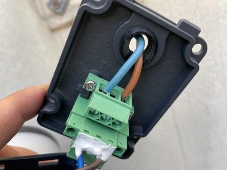 Il faut faire passer les câbles d'alimentation par la plaque à l'arrière // Source : Frandroid - Yazid Amer
