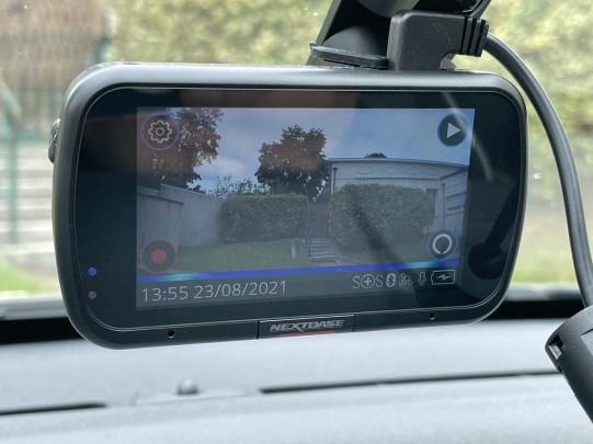La petite bande bleue indique que la caméra traite une demande Alexa // Source : Frandroid - Yazid Amer