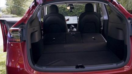 Le coffre arrière de la Tesla Model Y avec sièges rabattus // Source : Frandroid