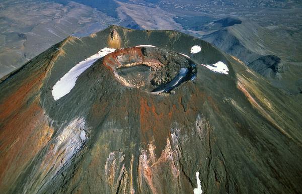Кратер вулкана Нгаурухое, Новая Зеландия. Фотография J.Alean, 2005.
