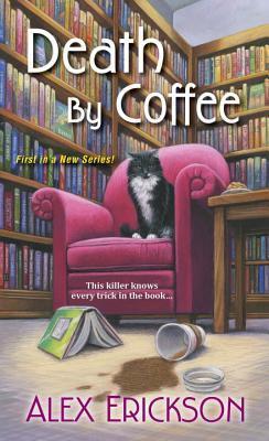 framsiden til death by coffee, illutrasjon av en katt på en stol foran noen bokhyller med en bok på gulvet og en sølt kaffe.