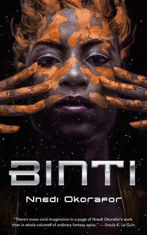 framsidebildet til Binti, svart bakgrunn med tittelen i metallfarger, og et bilde av en svart kvinne som smører noe oransje på huden