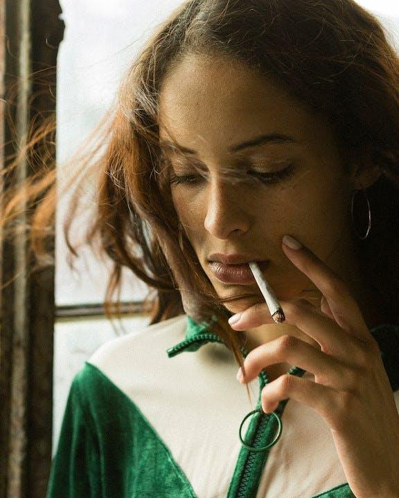 Est-ce que fumer rend votre période plus légère? Est-ce que fumer rend votre période plus légère?