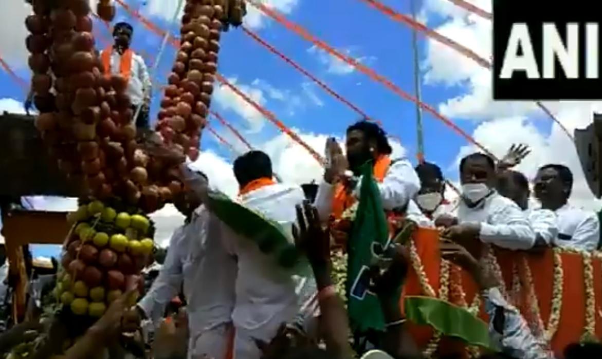 कर्नाटक के स्वास्थ्य मंत्री ने लिया जुलूस में हिस्सा, VIDEO में देखें कैसे उड़ीं सोशल डिस्टेंसिंग की धज्जियां