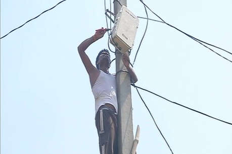 UP : खुले में शौच जाने वालों का बिजली कनेक्शन कटना शुरू