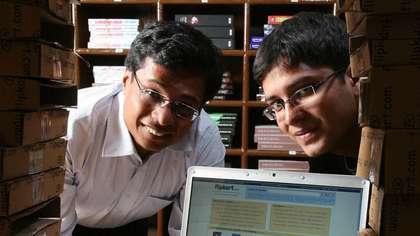 शुरू के 10 दिन कुछ नहीं बिका- सचिन और बिन्नी ने अपनी कंपनी की शुरुआत बेंगलुरु से की थी. दोनों ने 2-2 लाख रुपए मिलाकर एक अपार्टमेंट में 2 बैडरूम वाला फ्लैट किराए पर लिया और 2 कम्प्यूटर के साथ कंपनी शुरू की. हालांकि, कंपनी शुरू करने के 10 दिन तक कोई सेल नहीं हुई. इसके बाद, आंध्र प्रदेश के एक कस्टमर ने पहला ऑर्डर बुक किया. ये एक किताब थी जिसका नाम 'Leaving Microsoft to Change the World' और राइटर जॉन वुड थे. बीते सालों में फ्लिपकार्ट फर्श से अर्श पर पहुंच चुकी है और बेंगलुरु में कंपनी के कई ऑफिस हैं.