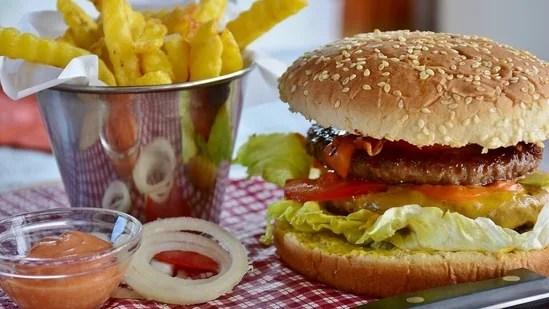 جنک فوڈ: جنک فوڈ کھانے سے پرہیز کریں کیونکہ یہ بریک آؤٹ کا باعث بن سکتا ہے۔  رنگ برنگی سبزیاں اور تازہ پھل کھائیں جو یقینی طور پر چال چلتے ہیں۔ (Pixabay)