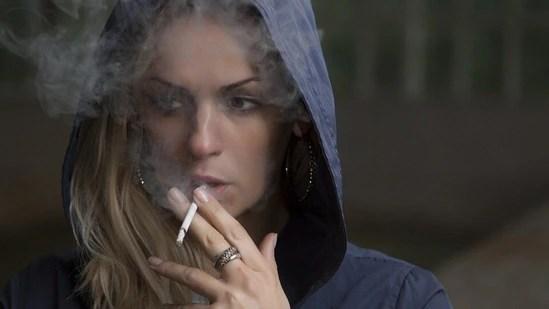 الکحل اور تمباکو نوشی سے بچیں: یہ جلد کو انتہائی ضروری غذائی اجزاء سے محروم کر سکتا ہے۔  یہ خشک ، خشک جلد اور آنکھوں کے گرد سوجن کا باعث بھی بن سکتا ہے۔ (Pixabay)