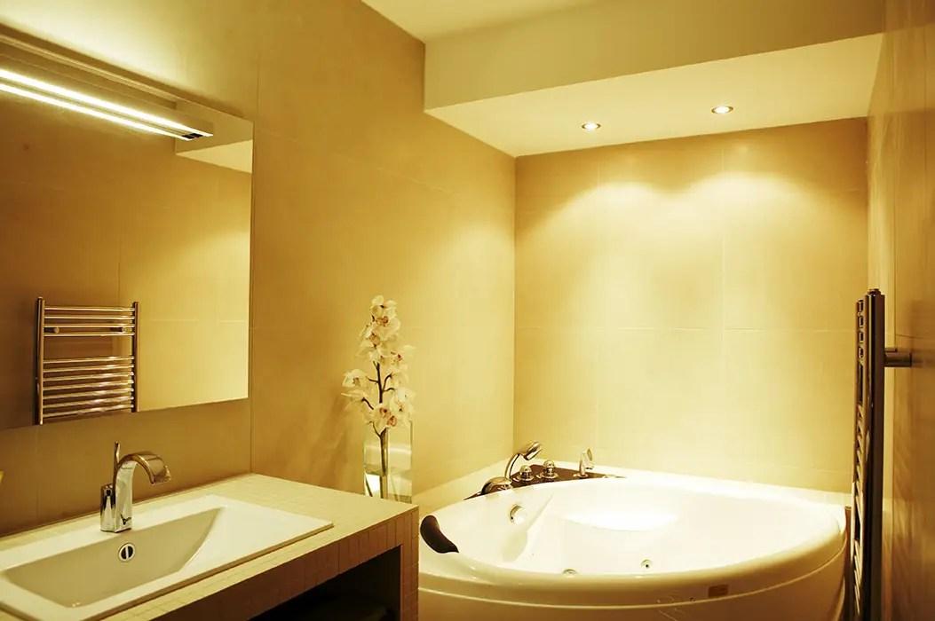 Salle De Bain Avec Baignoire Balneo Agence Kp Salle De Bain Moderne Beige Homify