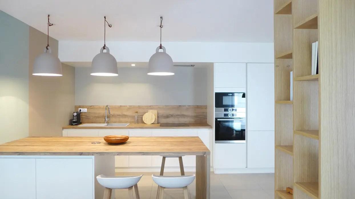 une cuisine ouverte avec ilot skea