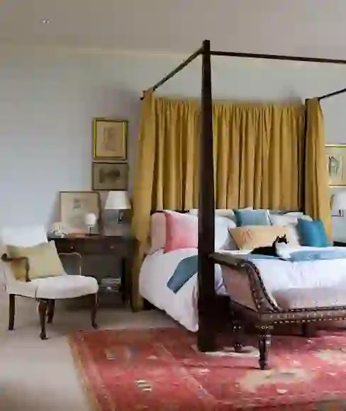 four poster bed canopy to good effect