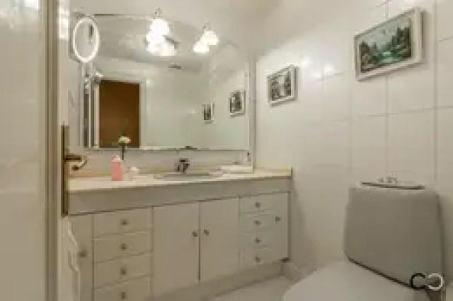 Banheiros coloniais por CCVO Design and Staging