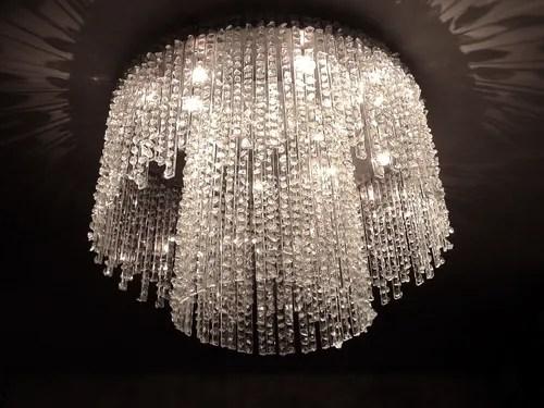 Lampadario a sospensione dall'elegante design a con cristalli a cascata, realizzato in acciaio inox effetto specchio e cristalli sfaccettati in vetro,. Lampadari Di Cristallo Preziosi Come Gioielli Homify