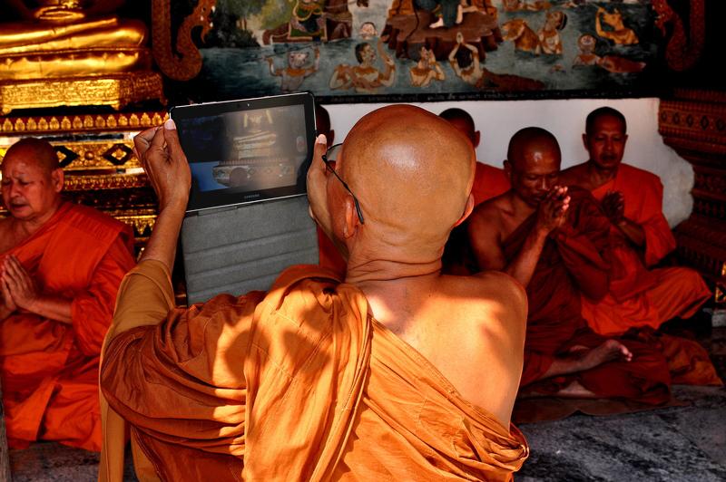 Monk_with_iPad