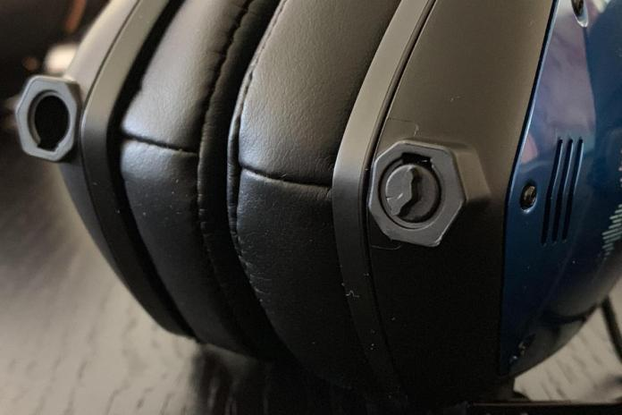 You have the option of plugging the headphones into either the right or left earcup. The V-Moda band