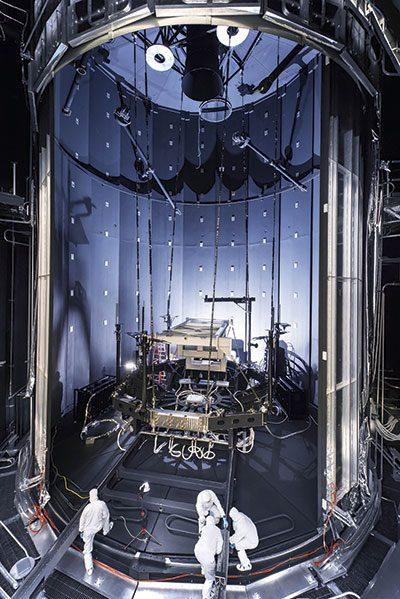 नासा के ह्यूस्टन में जॉनसन स्पेस सेंटर में दुनिया के सबसे बड़े थर्मल वैक्यूम चैंबर को चैंबर ए ने अपोलो मिशन के लिए इस्तेमाल किए जाने वाले अंतरिक्ष यान का परीक्षण करके प्रसिद्ध किया था।  यह JWST © NASA / गोडार्ड स्पेस सेंटर को समायोजित करने के लिए तकनीशियनों द्वारा बनाया गया था